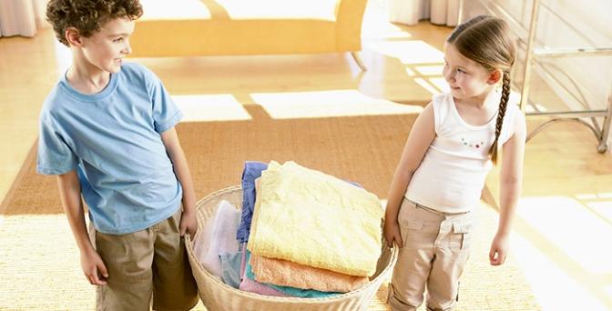 Como ensinar as crianças a ajudar nas tarefas domésticas